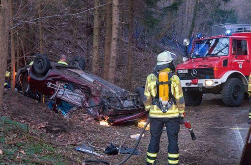 Opel nach Zusammenstoß in den Wald geschleudert
