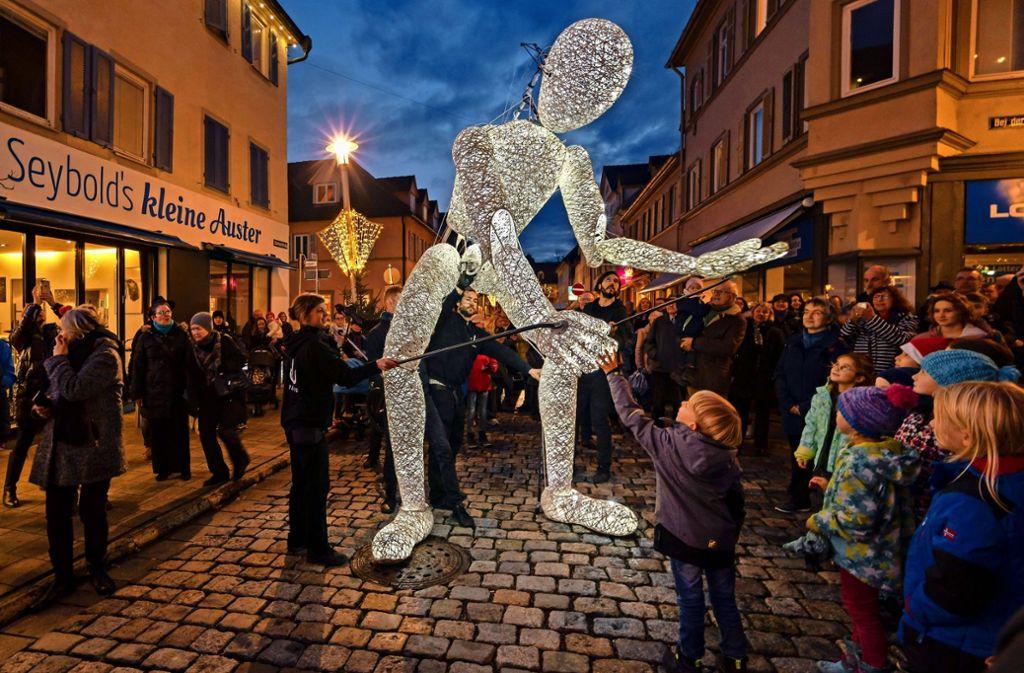 Sagenhaft: Als Dundu in der Eberhardstraße auftaucht, ist er sofort umringt von faszinierten Besuchern, und nicht nur kleinen. Foto: factum/Weise