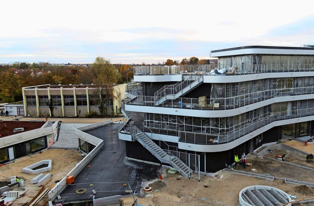 Die neue Gemeinschaftsschule kann erst nächsten Sommer bezogen werden. Insbesondere die Balkone, die auch als Rettungswege dienen, sind noch nicht fertig. Foto: Otto-H. Häusser