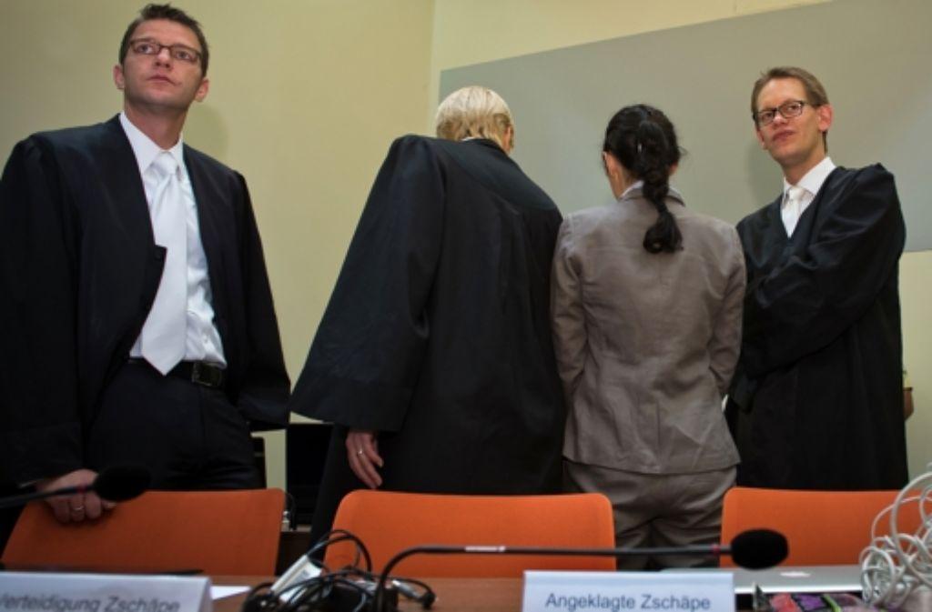 Fehlendes Vertrauen: die Angeklagte Beate Zschäpe (zweite von rechts)  mit ihren drei Pflichtverteidigern im Münchner Gerichtssaal Foto: Getty Images Europe