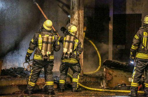 Pferdeanhänger und Vordach gehen in Flammen auf