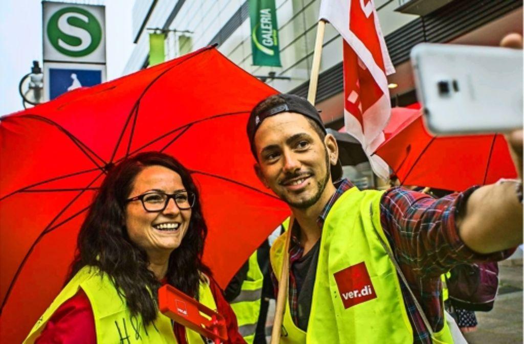 Vor Kaufhof haben sich die Streikenden versammelt. Weitere Impressionen der Aktion in Stuttgart zeigt die Bildergalerie. Foto: Lg/Max Kovalenko