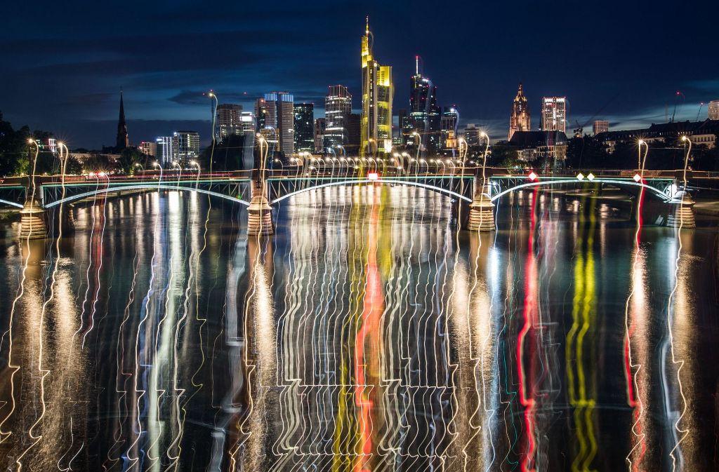 Laut IWF ist die Verschuldung außerhalb des Bankensektors jetzt höher als vor der weltweiten Finanzkrise. Hier ein Blick auf die Skyline von Frankfurt mit seinen Banktürmen. Foto: dpa