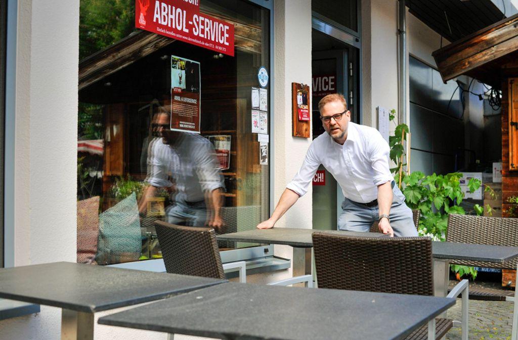 Christian List bereitet die Öffnung des Roten Hirsch vor. Foto: Lichtgut/Max Kovalenko