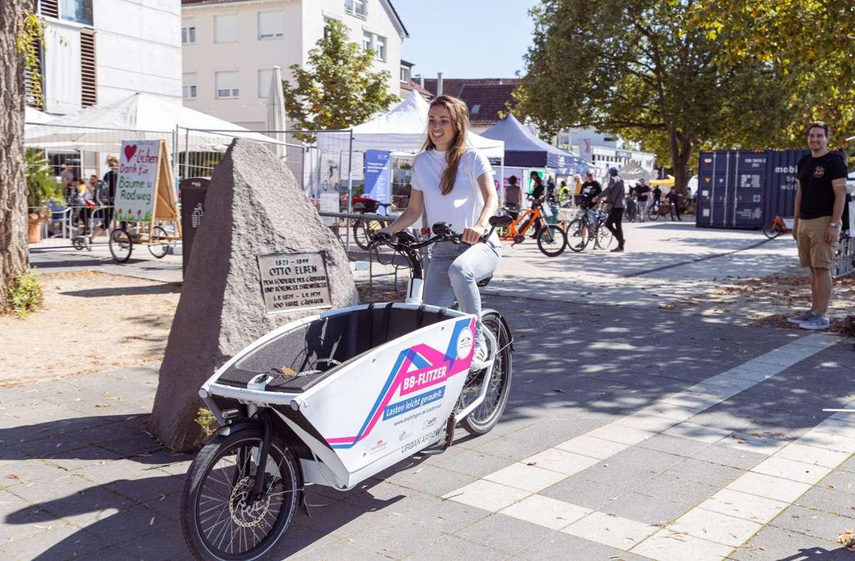 Katja testet in Böblingen einen flotten Flitzer.  Mit diesem Lastenrad soll es komfortabel durch den Stadtverkehr gehen Foto: Stefanie Schlecht