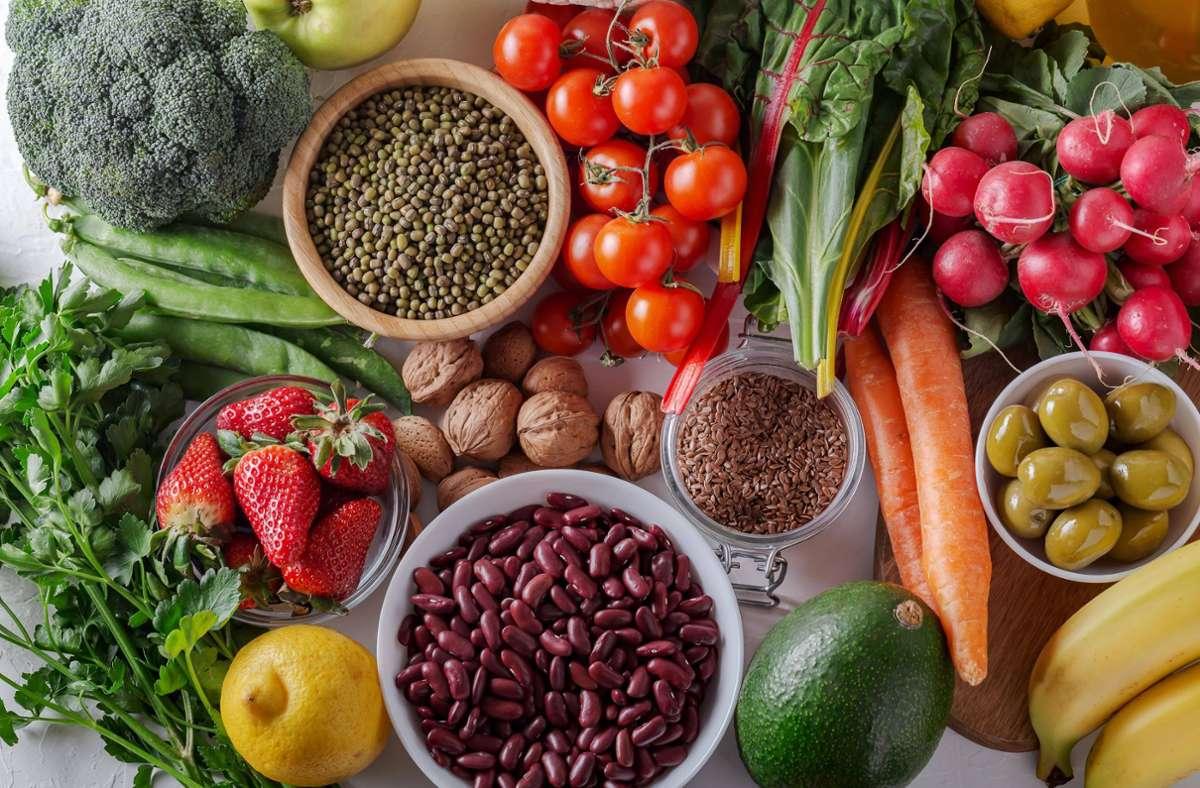 Eine ballaststoffreiche Ernährung – mit Vollkornprodukten, Gemüse und Hülsenfrüchten – trägt zu einem ausgeglichenen Darm-Mikrobiom bei. Foto: imago/Panthermedia/Ciorba