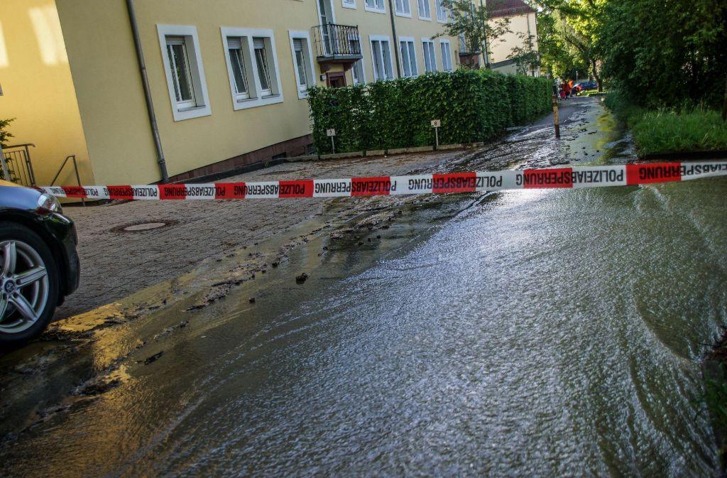 In Bad Cannstatt ist am Samstagvormittag ein Wasserrohr gebrochen. Foto: SDMG