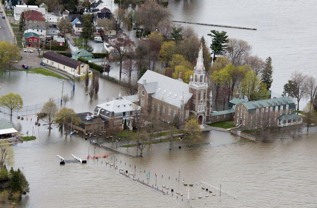 Die Luftaufnahme zeigt eine von Hochwasser umgebene Kirche im kanadischen Oka. Foto: dpa Foto: