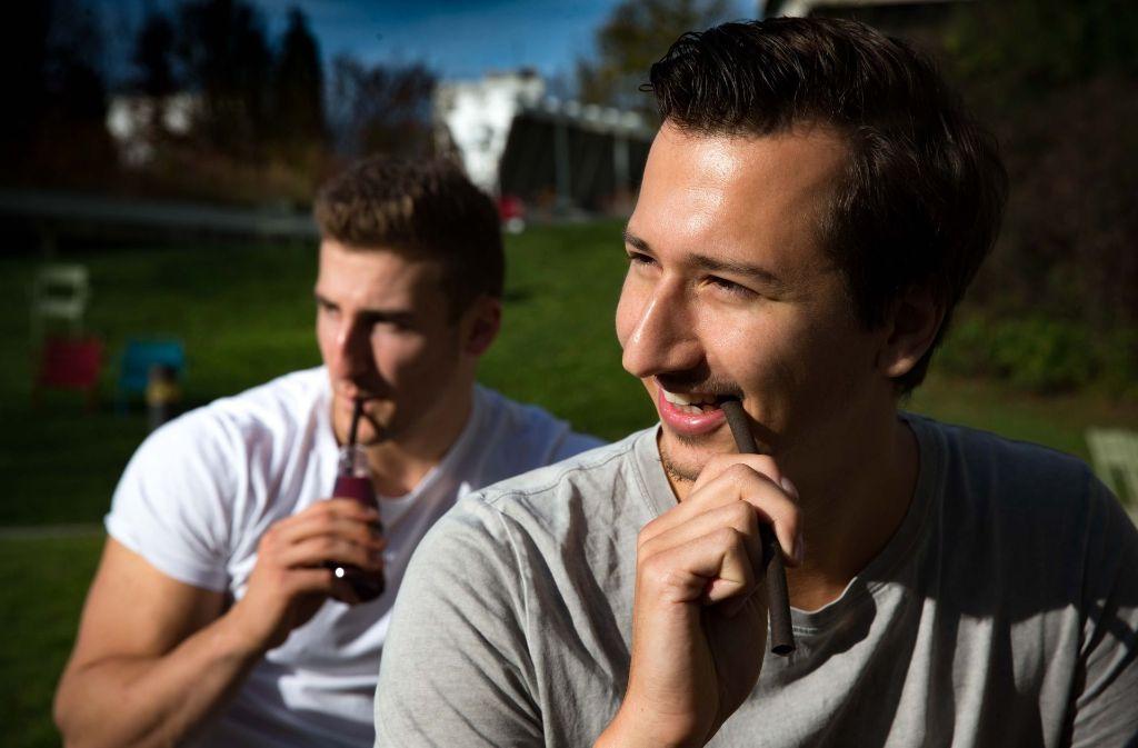 """Konstantin Neumann (links) und Danilo Jovicic wollen mit dem essbaren Trinkhalm """"eatapple"""" einen Beitrag zum Klimaschutz leisten. Foto: Lichtgut/Leif Piechowski"""