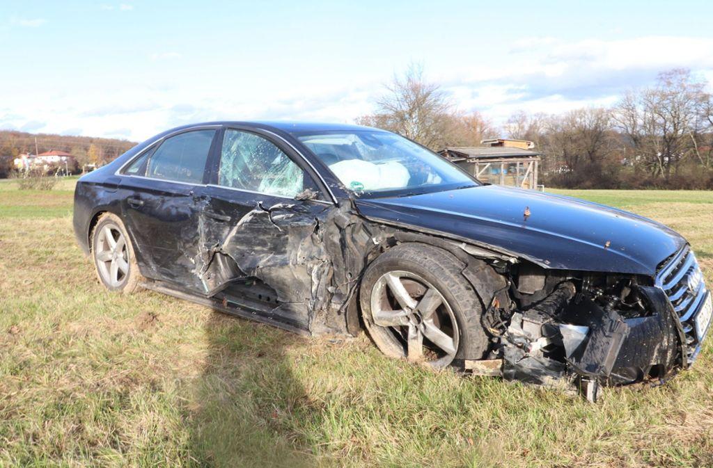 Das Auto kam nach links von der Straße ab und blieb in einer Wiese stehen. Foto: SDMG/SDMG / Lafloer