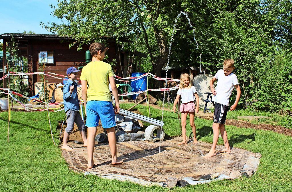 Mit Wasser spielen die Kinder besonders gern. Foto: Jacqueline Fritsch