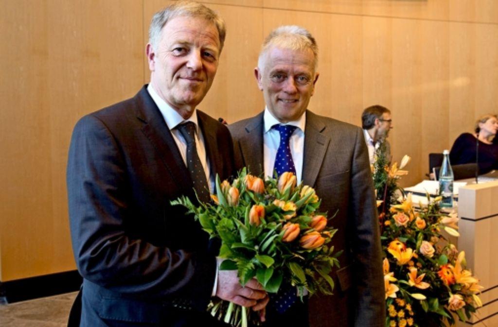 Blumen vom Chef: OB Fritz Kuhn (Grüne, rechts) gratuliert Martin Schairer nach dessen Wiederwahl. Der Christdemokrat bleibt Ordnungsbürgermeister Foto: Martin Stollberg