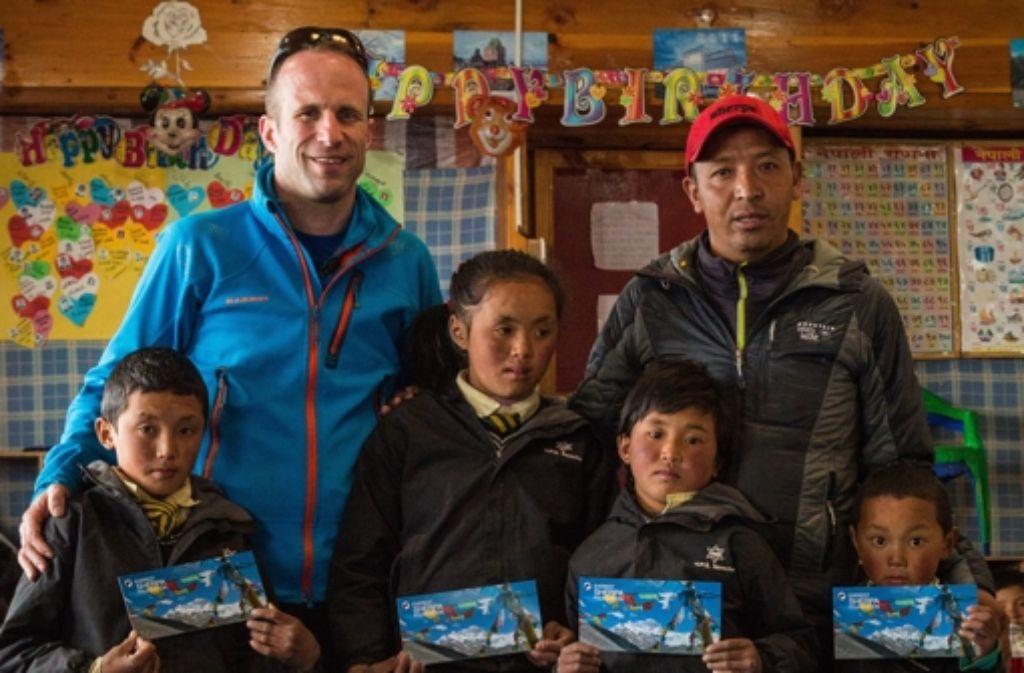 Der Tübinger Arzt Matthias Baumann mit den vier Kindern des verunglückten Shepa Dorji aus Tarnga Foto: StZ