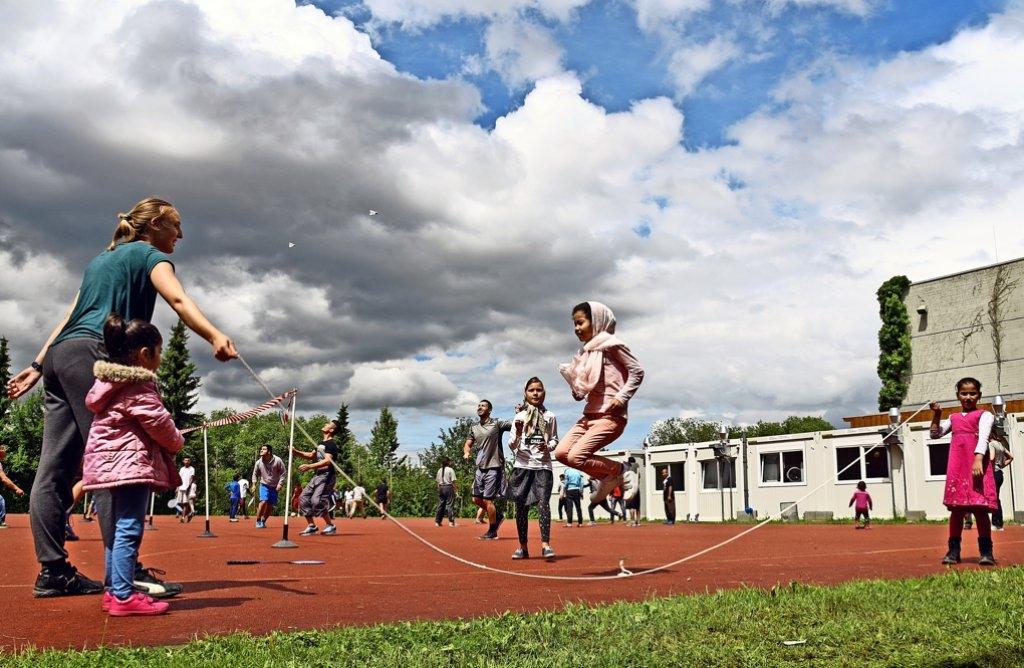 Mit  großer   Begeisterung      springen     die  Flüchtlingsmädchen   Seil. Doch meist sind es  Jungen und junge Männer,  die  das  Sportangebot   örtlicher Vereine  annehmen. Foto: Ulrike Amler
