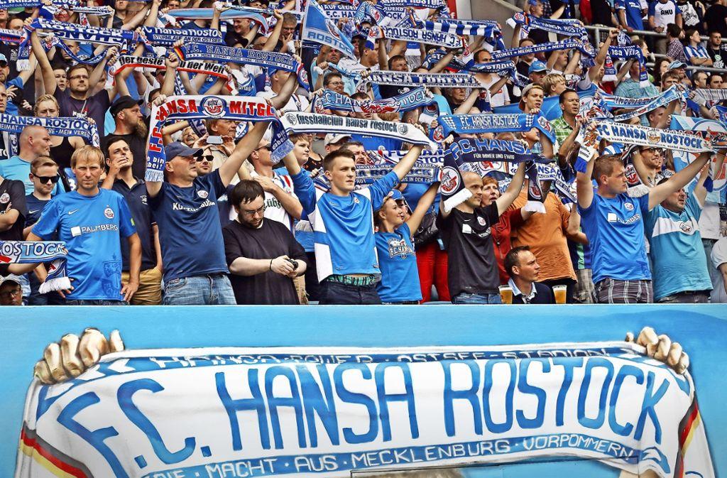 An diesem  Dienstag sind die Fans des FC Hansa Rostock zu Gast in Aspach. Foto: Bongarts