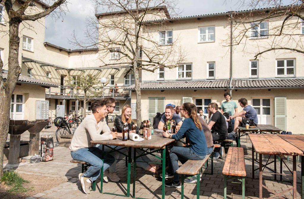 """Im Wohnheim """"Straussi 1"""" auf dem Campus in Stuttgart-Vaihingen darf weiter gewohnt und gefeiert werden. Foto: Lichtgut/Jens Volle"""