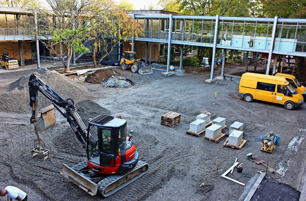 Da die Fliesen für den Schulhof später als geplant geliefert werden, verzögern sich die Bauarbeiten. Foto: Bernd Zeyer