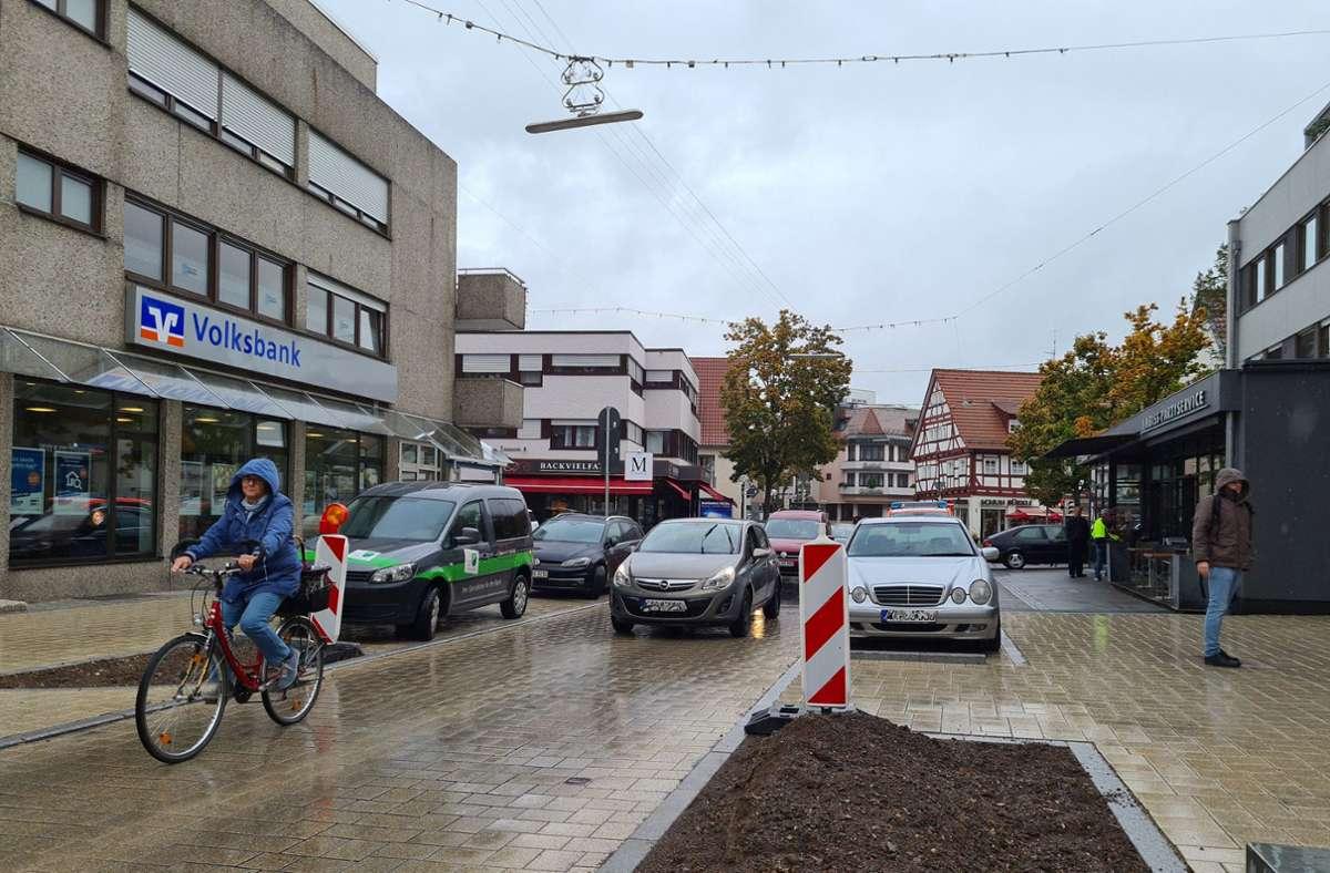 Typsche Situation, aufgenommen  im Nieselregen vor zwei Tagen  auf der Fellbacher Straße in Schmiden: eine Radfahrerin, dahinter manch ungeduldiger Autofahrer. Foto: Patricia Sigerist