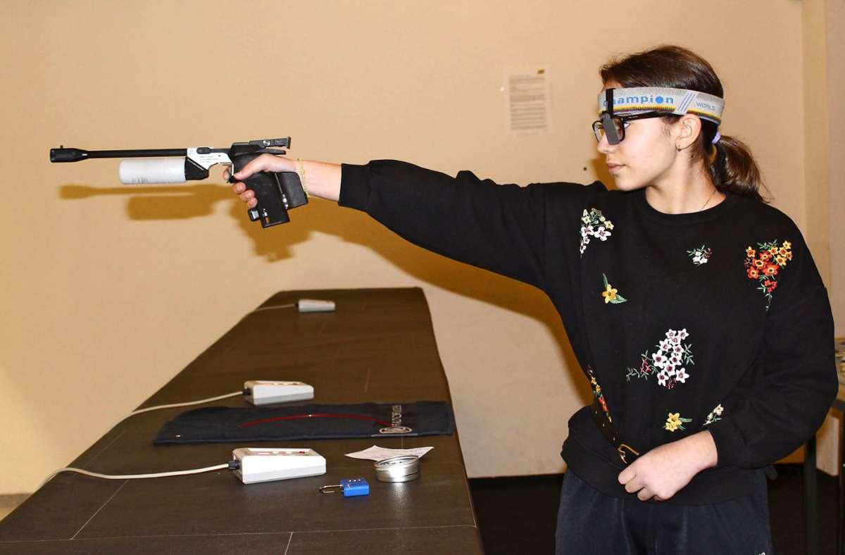 Leena Arpatzis ist das jüngste Mitglied der Schützengilde Musberg und im Verbandskader Württembergischer Schützenverband Foto: Jacqueline Fritsch