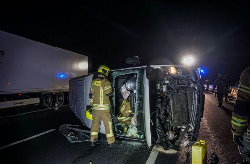Überholmanöver führt zu Unfall – Transporter kippt um