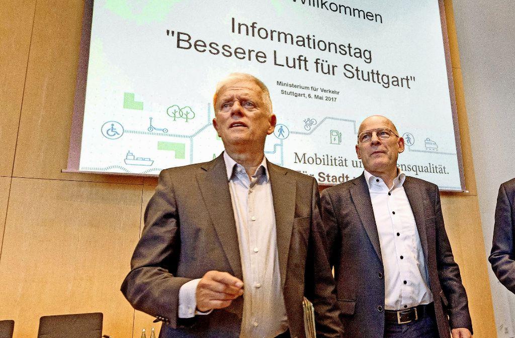 OB Fritz Kuhn (li.) und Verkehrsminister Winfried Hermann informieren Bürger im Rathaus. Foto: dpa