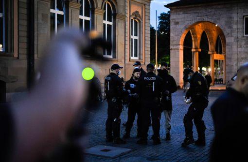 Die Polizei gibt Müllsäcke am Eckensee aus