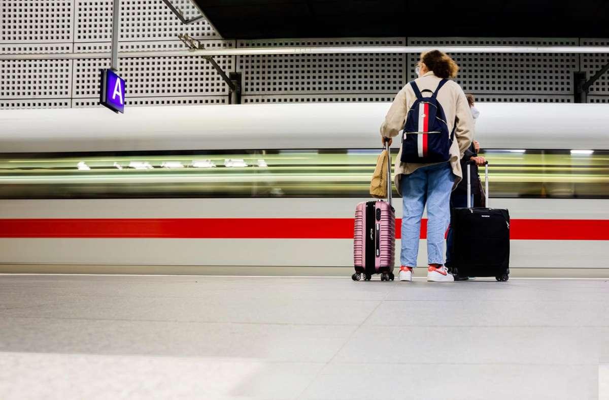 Aldi Süd und Nord haben im September eine Woche lang Bahntickets im Angebot. Foto: dpa/Christoph Soeder