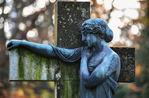 Friedhofsmitarbeiter stiehlt toter Frau die Ringe vom Finger
