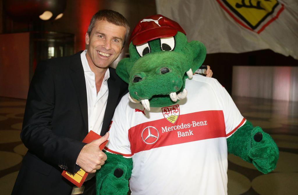 Frank Verlaat gewann mit dem VfB Stuttgart 1997 den DFB-Pokal. Hier posiert er mit Maskottchen Fritzle. Foto: Pressefoto Baumann