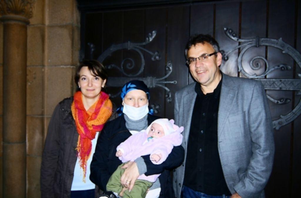 Die evangelische Kirchengemeinde Zuffenhausen um Pfarrer Dieter Kümmel (rechts), der auch Elena Berrer (links) angehört, sammelte 15 000 Euro für Marianna (Mitte) Foto: