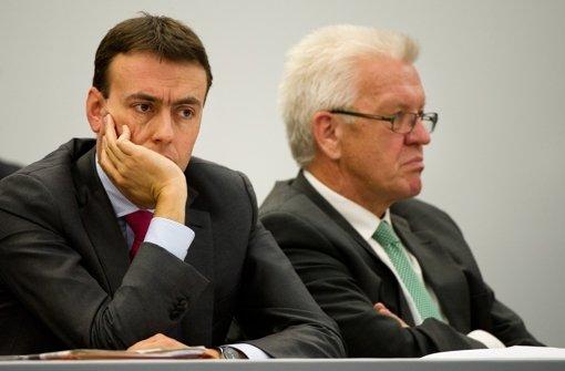 Winfried Kretschmann (Grüne, rechts) und Nils Schmid (SPD) müssen bei der nächsten Wahl um ihre Parlamentsmehrheit bangen. Foto: dpa