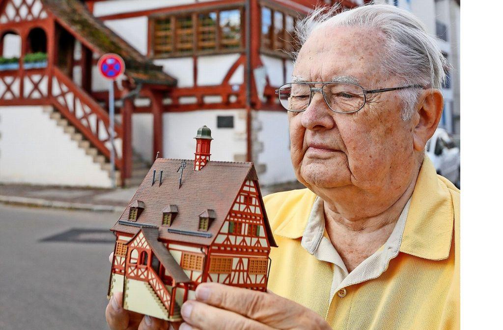 Auch  Karlheinz Arnau gefällt das  Alte Maichinger  Rathaus im   Miniformat, das in Deutschland zahlreiche   Spielzeugeisenbahnanlagen  schmückt. Foto: factum/Granville