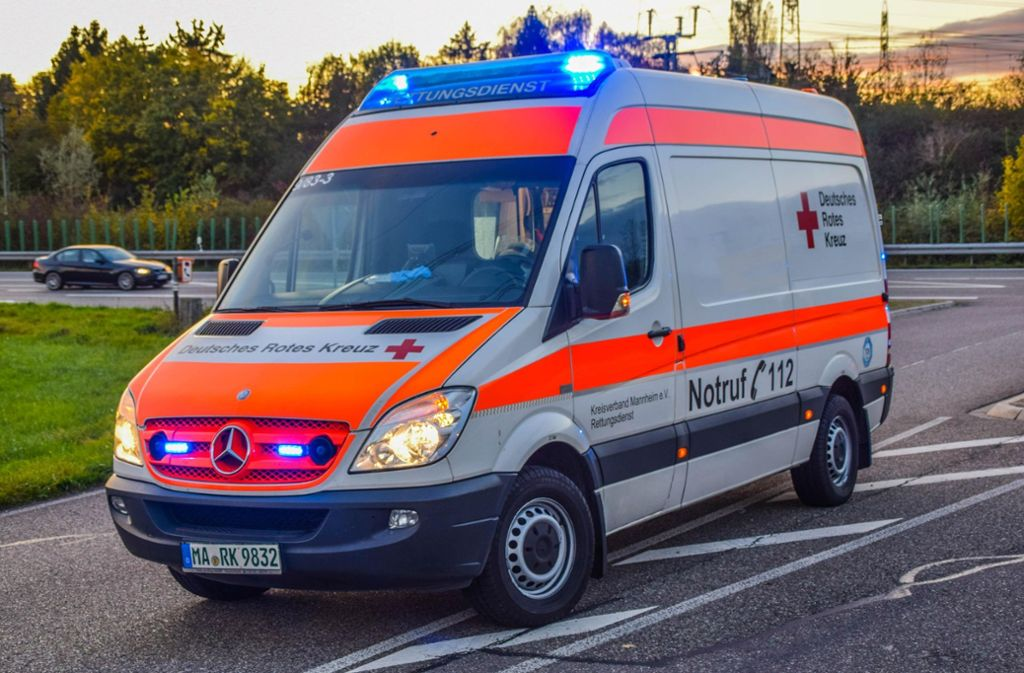 Ein Rettungswagen brachte den verletzten Mann in ein Krankenhaus (Symbolbild). Foto: 7aktuell.de/Fabian Geier