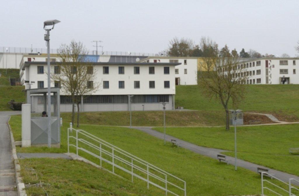 Bei einer Massenschlägerei im Jugendgefängnis Adelsheim soll er einen Beamten mit schwer verletzt haben, nun steht ein 21-Jähriger in Mosbach vor Gericht. Foto: dpa