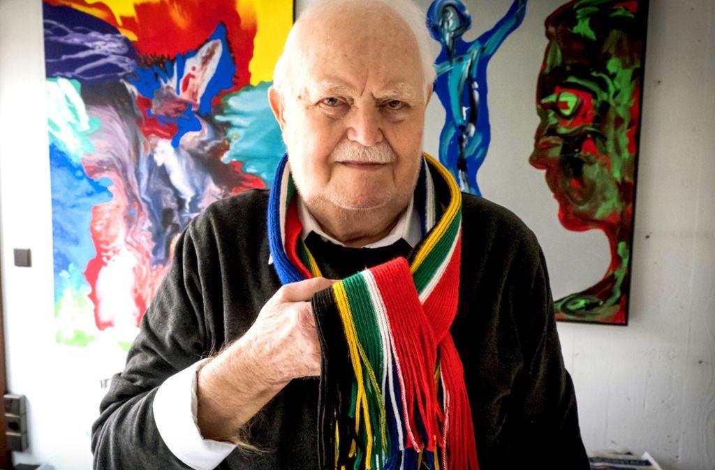 Burghard Hüdig trägt ihn auch in seinem Atelier: den WM-Schal. Foto: Lg/Zweygarth