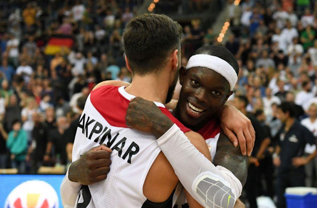 Dennis Schröder (re.) und die deutsche Basketball-Nationalmannschaft haben sich für die WM qualifiziert und ein eindeutiges Statement gegen Rassismus abgegeben. Foto: dpa-Zentralbild