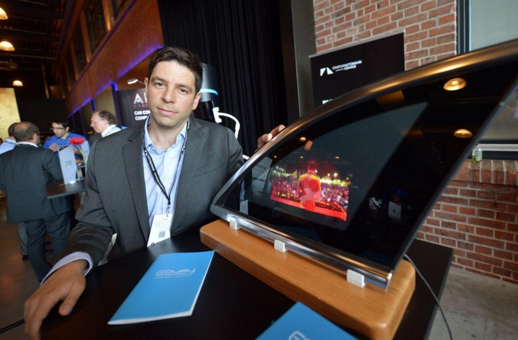 Eyal Peso, Geschäftsführer der Firma Gauzy, stellt im Rahmen des Projekts Start-up Autobahn eine Glasscheibe vor, die auf Knopfdruck undurchsichtig wird. Foto: dpa