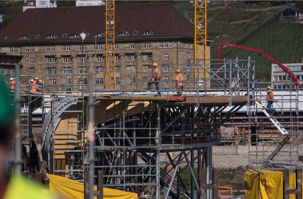 Am Tiefbahnhof wird die Schaltung für die  Dachstützen aufgebaut.  Der Bau der neuen Flcuhtwege ist genehmigt. Foto: Lichtgut/Max Kovalenko