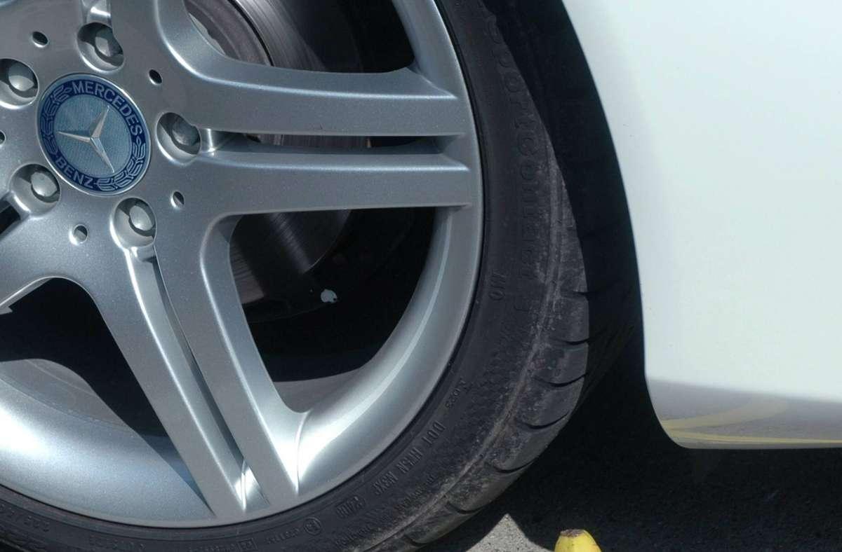 Bei zwei Mercedes sind die Autoreifen gestohlen geworden. (Symbolbild) Foto: imago stock&people
