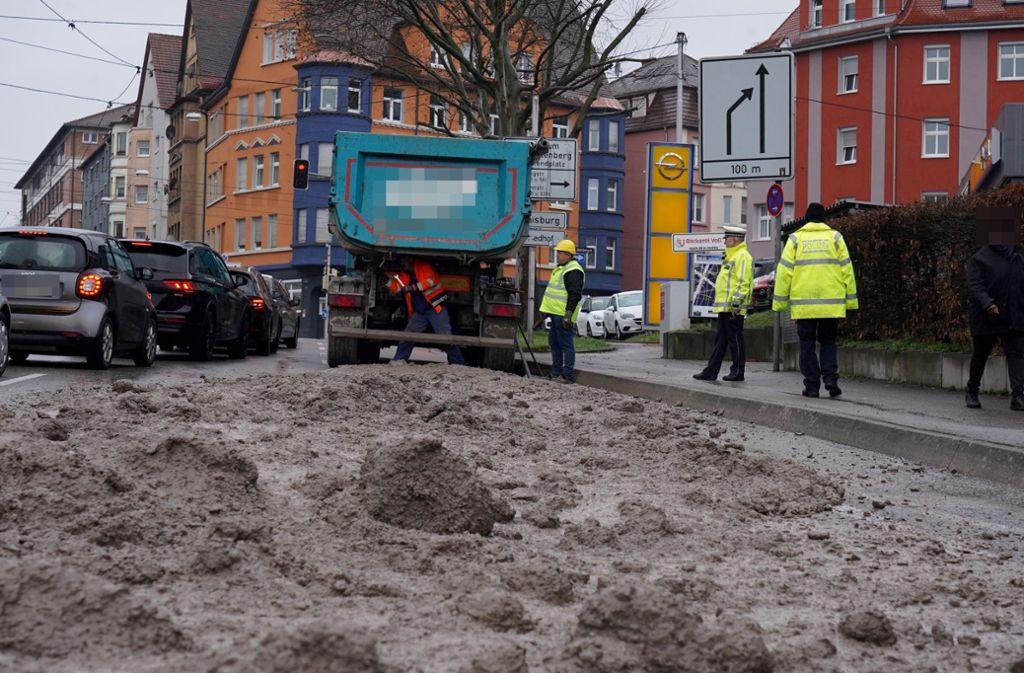 Tonnenweise Erde auf der Straße bremste Autofahrer in Stuttgart aus. Foto: Andreas Rosar Fotoagentur-Stuttgart