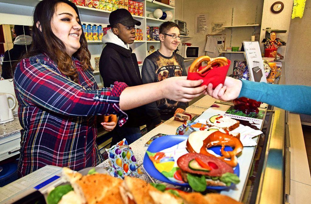 Arina mit Wunschberuf Schauspielerin,  Kelvin, der  gerne Elektriker werden würde,    und Jonas kümmern sich im Göppinger Schülerlädle um die Kunden. Foto: Ines Rudel