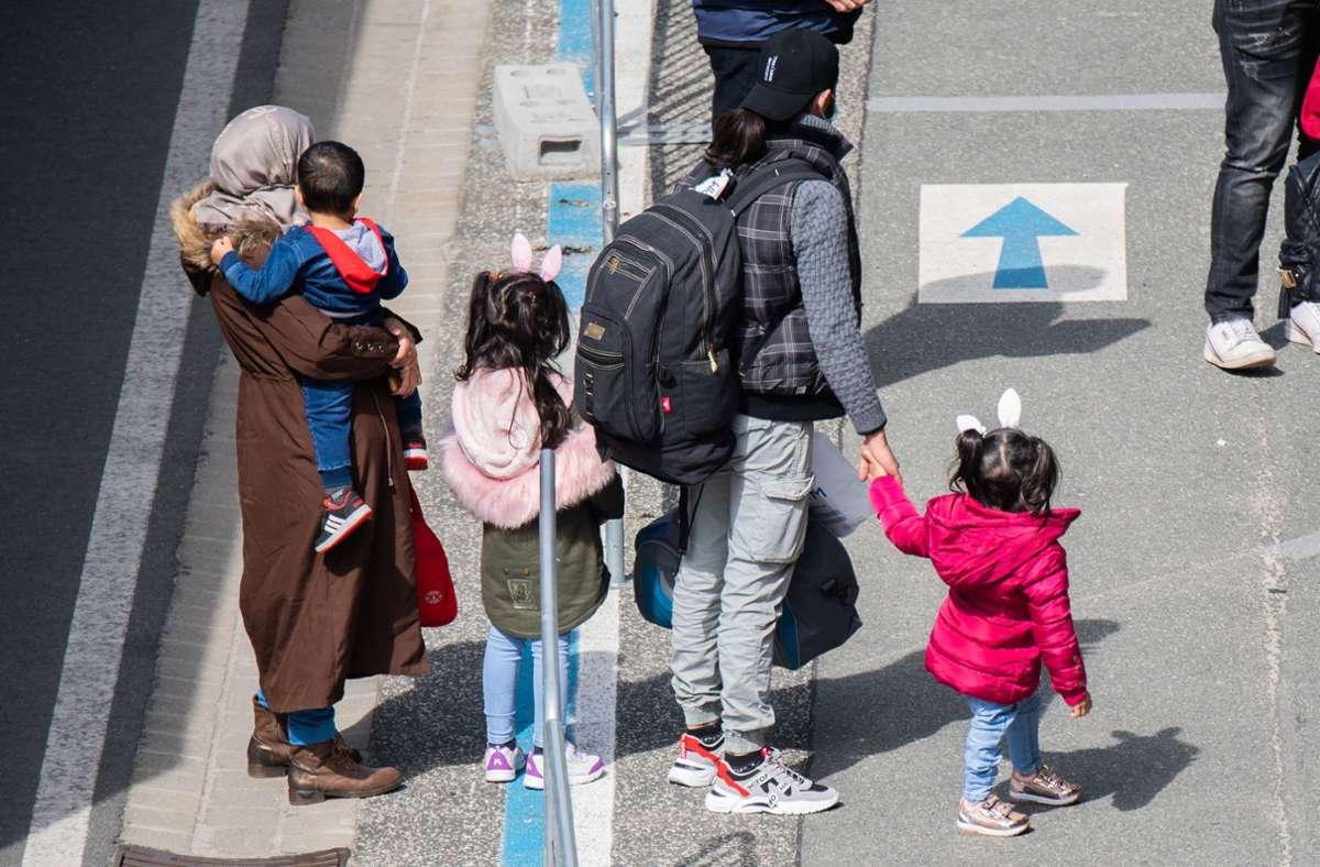 Nach Ansicht von World Vision bekommen Flüchtlinge in Polen keinen Corona-Impfstoff. (Symbolbild) Foto: dpa/Julian Stratenschulte