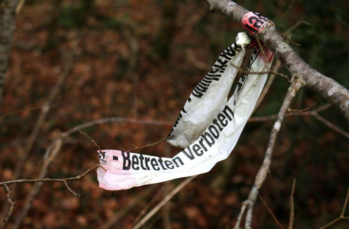 Eine Frau und ihr Mann wurden leblos im Wald gefunden – nun sind beide im Krankenhaus verstorben (Symbolfoto). Foto: imago// Maria Reichenauer