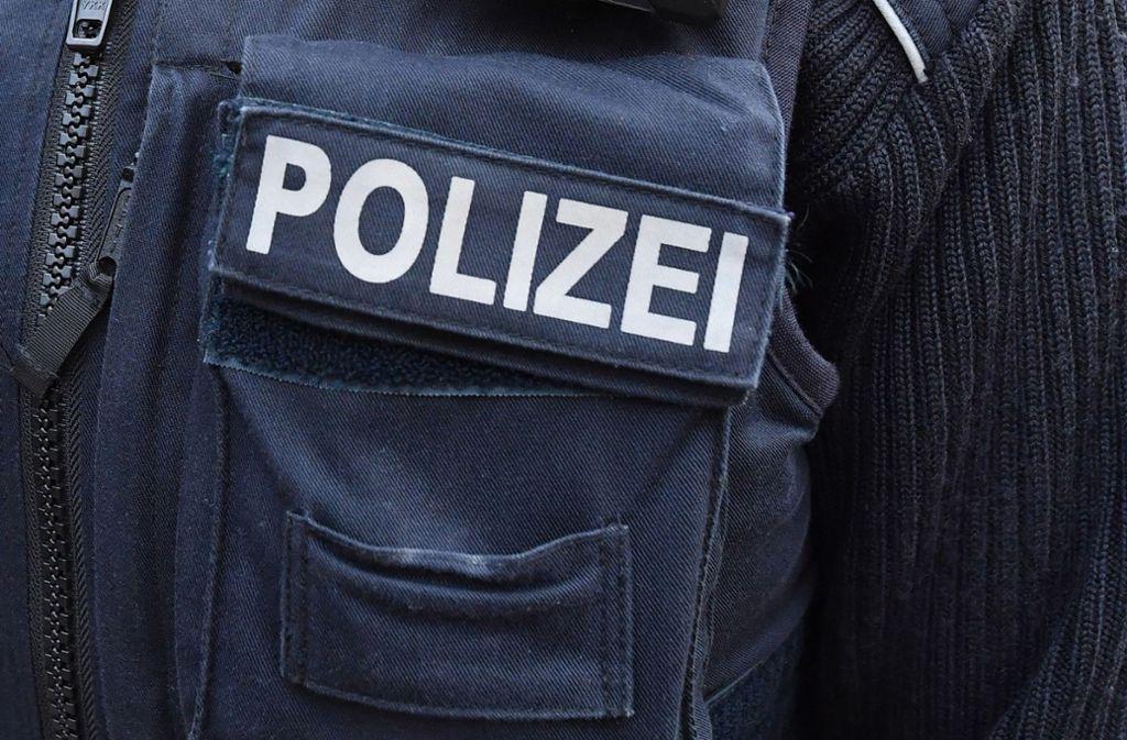 Polizisten können den Tatverdächtigen in einem Einkaufszentrum festnehmen (Symbolbild). Foto: ZB