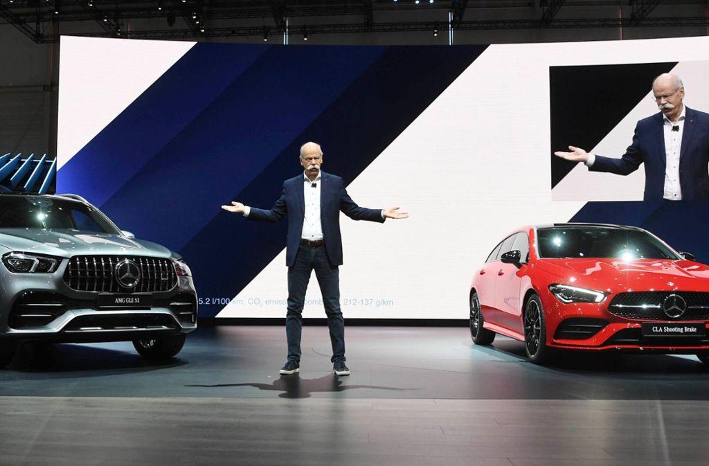 Dieter Zetsche präsentiert bei seinem letzten Autosalon in Genf als Daimler-Vorstandschef den Mercedes AMG GLE 53 (links) und den CLA Shooting Brake. Foto: dpa