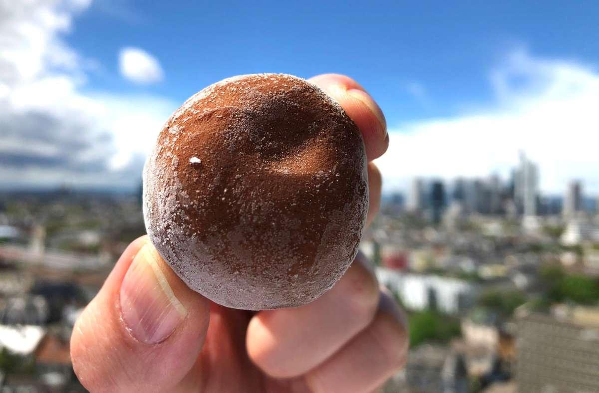Eine Kugel Mochi-Eis «Little Moons». Die Reismehlteigkugel verbindet japanische mit italienischer Dessertküche. Was diesen Sommer noch im Trend sein wird, sehen Sie in unserer Bildergalerie. Foto: dpa/Gregor Tholl