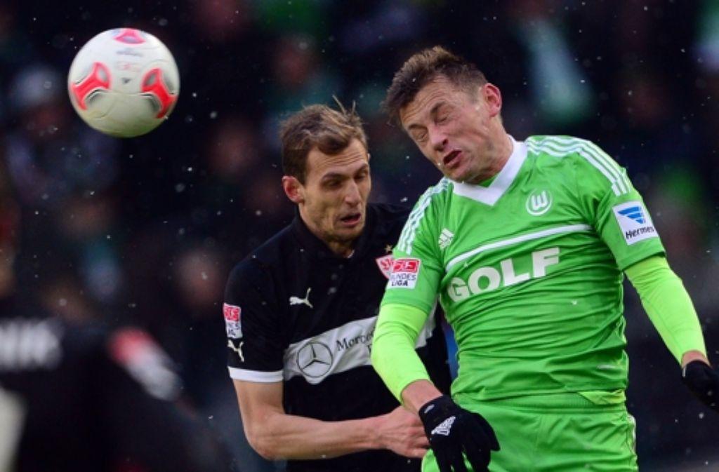 Gegen Ivica Olic (re.) hat der VfB-Verteidiger Georg Niedermeier das Nachsehen. Foto: dpa