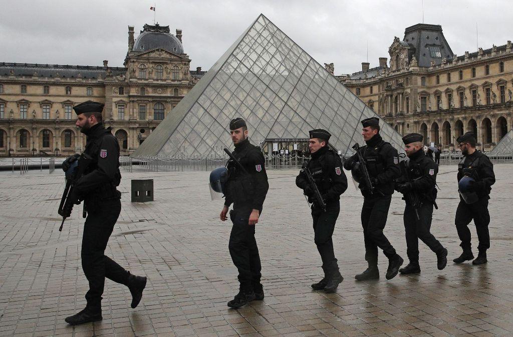 Nach dem Angriff auf Soldaten in Paris wird das weltberühmte Museum am Samstag wieder öffnen. Foto: AP