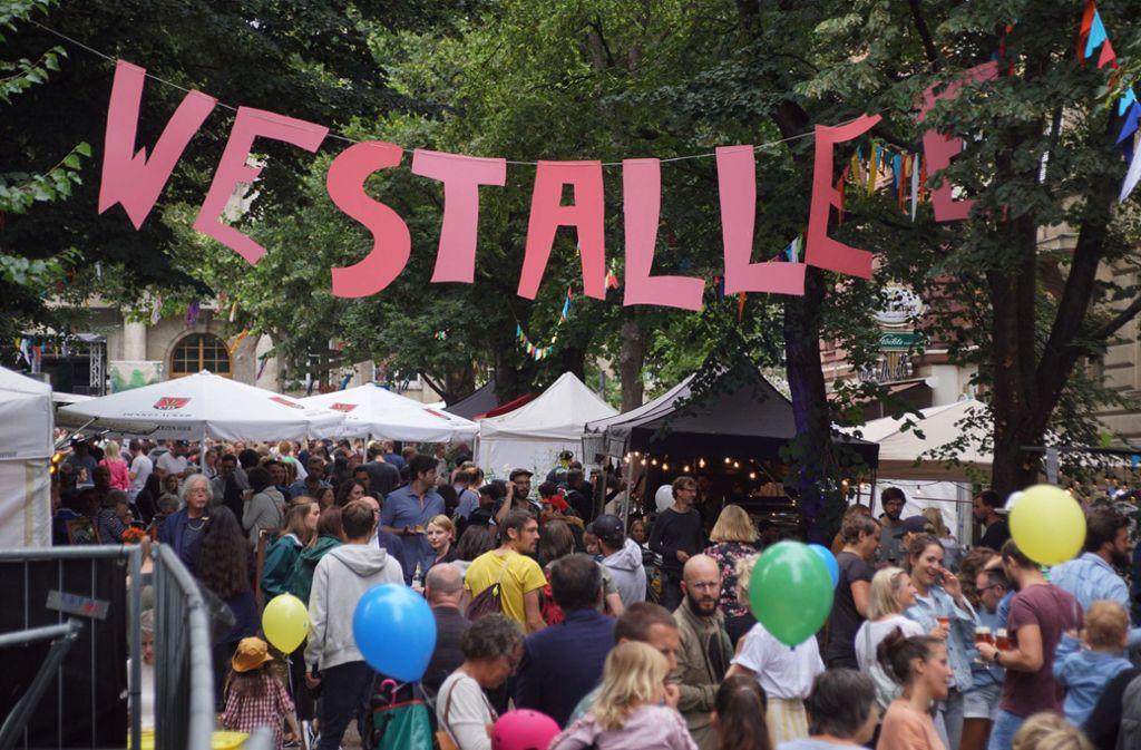 Auch in der Anonymität der Großstadt kann soziales Miteinander gedeihen – wie zum Beispiel auf diesem Foto beim Westallee-Straßenfest im Sommer 2019. Foto: Andreas Rosar Fotoagentur-Stuttg