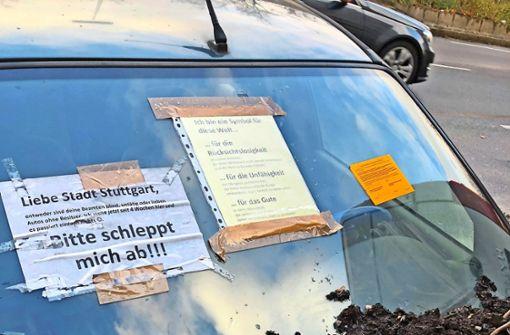 """Ein Auto als Symbol für """"Unfähigkeit der Behörden"""""""